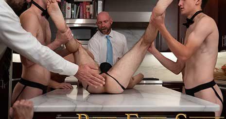 Los Maestros ordenan a los otros chicos en la habitación que refresquen sus bebidas y laven los pies de Marcus.