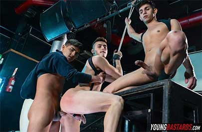 Sonny Davon no puede defenderse cuando llegan los rudos muchachos Felix y Fabrice y lo encuentran encadenado y colgando como un trozo de carne. Después de inspeccionar la mercancía y jugar con su culo regordete...